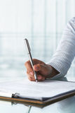 Papier de signature de femme d'affaires images stock