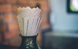 Papier de soie de soie de Brown de serviette en verre images libres de droits