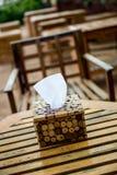 Papier de soie de soie dans le support de boîte en bois Photographie stock
