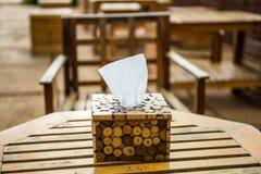 Papier de soie de soie dans le support de boîte en bois Image stock