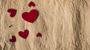 Papier de vintage avec l'abondance des coeurs rouges pour le texte sur le papier grunge Photo libre de droits