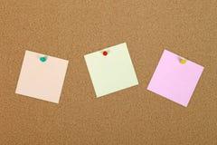 Papier der Anmerkung drei auf Anschlagbrett. Lizenzfreie Stockbilder