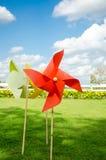 Papier der roten Windmühle die Dekorationen im schönen Garten Lizenzfreies Stockbild