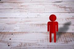 Papier des roten Mannes schnitt auf WEISSE HÖLZERNE WEINLESE-BESCHAFFENHEIT Lizenzfreie Stockbilder