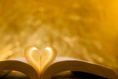 Papier en forme de coeur à l'intérieur d'un livre Photos stock