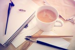 Papier, encre et stylos de calligraphie Détails d'atelier de lettrage Image libre de droits