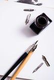 Papier, encre et stylos de calligraphie Détails d'atelier de lettrage Photographie stock libre de droits