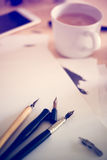 Papier, encre et stylos de calligraphie Détails d'atelier de lettrage Photos stock