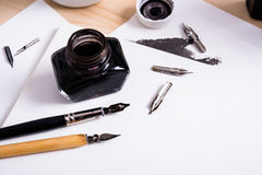 Papier, encre et stylos de calligraphie Détails d'atelier de lettrage Photo libre de droits