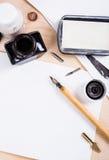 Papier, encre et stylos de calligraphie Détails d'atelier de lettrage Images libres de droits