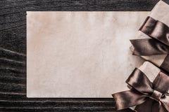 Papier enfermé dans une boîte de cadeau sur le concept de vacances de panneau en bois de vintage Images libres de droits