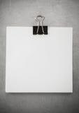 Papier et agrafe de note au fond en métal Photographie stock