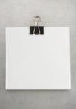Papier et agrafe de note au fond en métal Image libre de droits