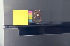 Papier et aimant de note vide attachés sur la porte de réfrigérateur Image stock