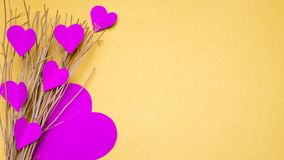 Papier et branche de coeur sur le fond jaune Photo libre de droits