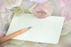 Papier et crayon avec le fond floral Image stock