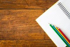 Papier et crayon de carnet sur la table Photographie stock