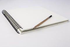 Papier et crayon sur le blanc Photos stock