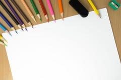 Papier et crayons de vue supérieure Images stock