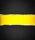 Papier et espace noirs déchirés pour le texte avec le fond de papier jaune Images stock