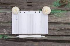 Papier et fleurs Photos stock