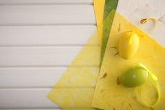 Papier et oeufs de pâques décoratifs Image libre de droits