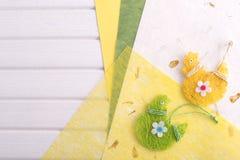Papier et oeufs de pâques décoratifs Image stock