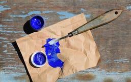 Papier et peintures sur une table en bois photographie stock libre de droits