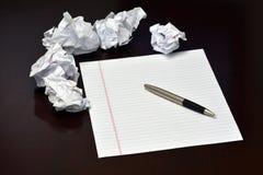 Papier et stylo avec les feuilles chiffonnées Photo stock