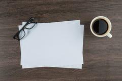 Papier et verres avec la tasse du bureau de coffe Photographie stock