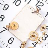 Papier et vieille vitesse mécanique d'horloge Photographie stock