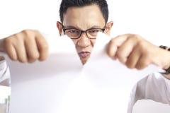 Papier fâché de Rip Off Contract d'homme d'affaires images libres de droits