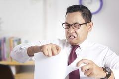 Papier fâché de Rip Off Contract d'homme d'affaires photos stock