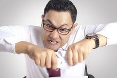Papier fâché de Rip Off Contract d'homme d'affaires image stock
