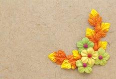 Papier fait main naturel de Brown avec les fleurs de papier Image libre de droits