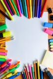 Papier, farbige Bleistifte, Stifte, Markierungen und etwas Kunstmaterial auf Holztisch Lizenzfreies Stockbild