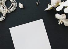 Papier, fleurs et perles photographie stock libre de droits