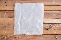 Papier froissé translucide blanc sur un fond en bois naturel Vue de ci-avant image stock