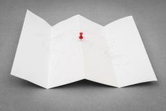 Papier gefaltete Weltkarte mit rotem Pin Pointer Lizenzfreies Stockbild