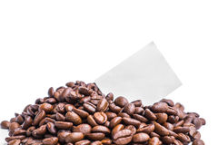 Papier gris vide de post-it sur la pile des grains de café rôtis Photos stock