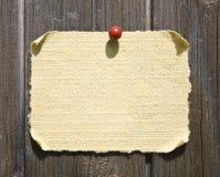 Papier grunge sur le fond en bois Photo stock