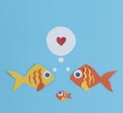 Papier herausgeschnittene Fischfamilie Stockfotos