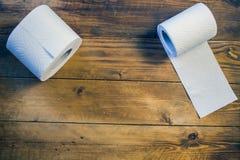 Papier hygiénique sur le fond en bois Photographie stock