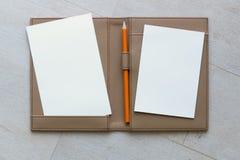 Papier i ołówek na Brown skóry książce zdjęcia royalty free