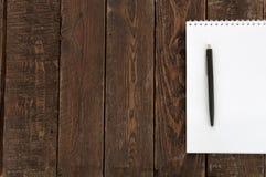 Papier i pióro na drewno stole Odgórny widok Fotografia Royalty Free