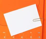 Papier-klem en korte brief op kalender Stock Foto