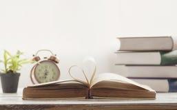 papier, livre et objet de coeur sur la table Photo stock
