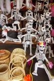 Papier maché骨骼为死的节日的天在墨西哥 免版税图库摄影