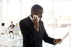 Papier masculin noir nerveux de lecture de haut-parleur se préparant au PS public photo libre de droits