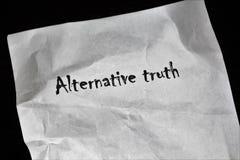 Papier mit der Wort-Alternativwahrheit lizenzfreies stockbild